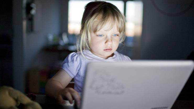 Das dreijährige Mädchen Maude kann ihren PC schon gut bedienen.