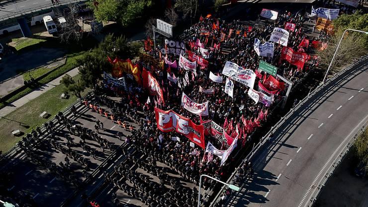 In Argentinien gingen die Bürgerinnen und Bürger am Dienstag statt zur Arbeit auf die Strasse: Ein Generalstreik gegen die Wirtschaftspolitik der Regierung legte das Land weitgehend lahm.