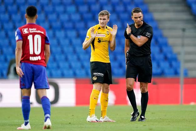«Aber ich habe doch nichts gemacht», sagt Aebischer hier wohl. Schiedsrichter Schärer stellt ihn dennoch vom Feld.