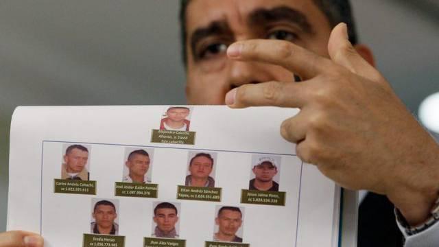 Innenminister Miguel Rodriguez mit Fotos der Festgenommenen