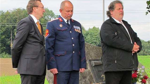 Der russische Konsul Konstantin Nefedov, Ataman Igor Yanov und Gemeindepräsident Peter Trombik sprechen an der Gedenkfeier bei der Russenlinde zu den Gästen.