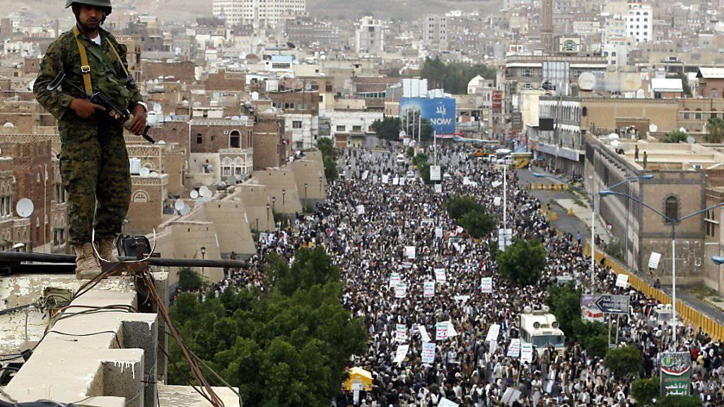 Proteste in Sanaa gegen Luftangriffe der von Saudi-Arabien angeführten Koalition. (Archivbild)