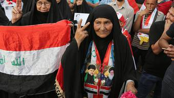 Zwei Anhängerinnen des Predigers Moktada al-Sadr bei der Demonstration am Freitag.