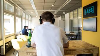 Der Bundesrat hat Hilfe für Schweizer Start-Ups beschlossen. Im Bild: Ein geteiltes Büro für Start-Ups in Zug.