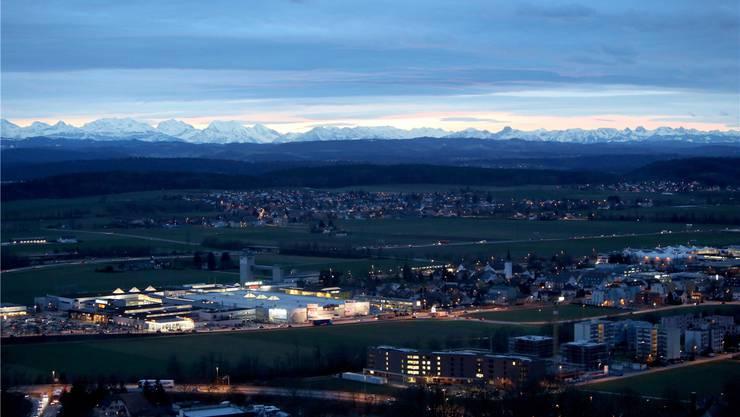 Die Gäuebene ist in der Nacht ein wahres Lichtermeer. Im Hintergrund ist das Einkaufszentrum Gäupark in Egerkingen zu sehen.