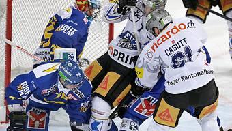 Viel Verkehr vor dem HCD-Tor mit Goalie Mika Noronen.
