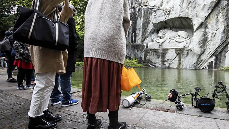 Aufwendige Ausrüstung: Die Unterwasserfotografin Heidi Hostettler im Löwenteich in Luzern.