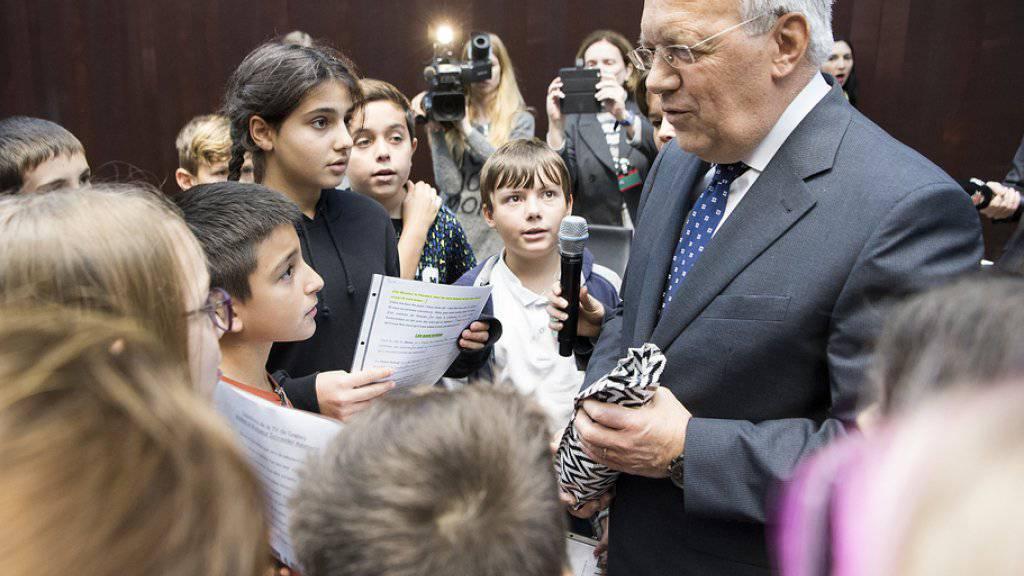 Bundespräsident Johann Schneider-Ammann stellt sich im Bundeshaus für einmal den kritischen Fragen von Schulkindern.