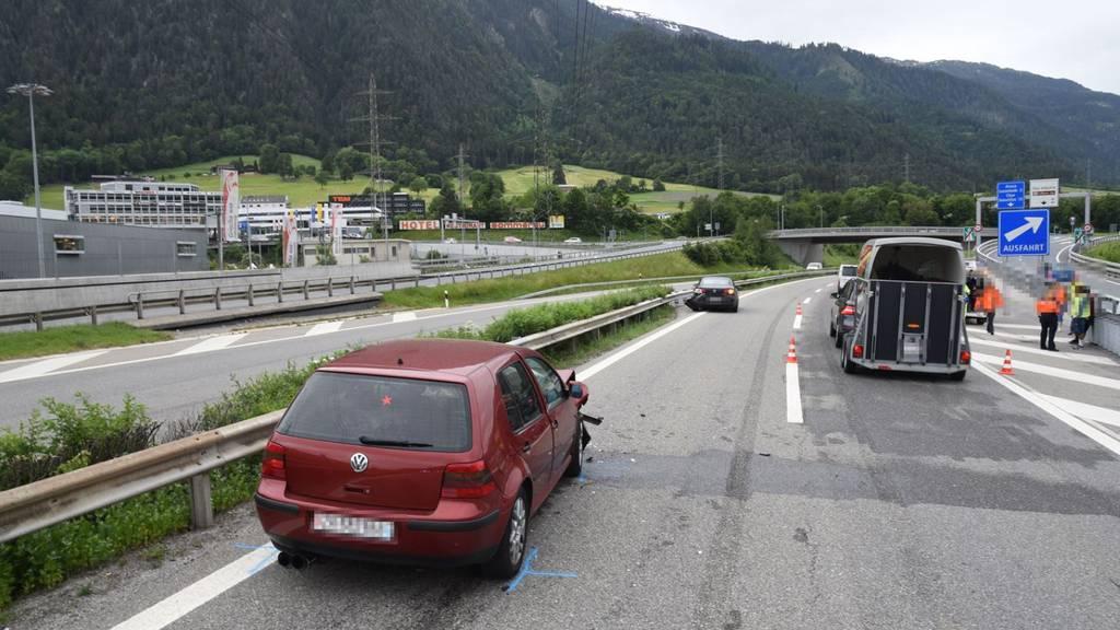 Eine Person verletzte sich bei dem Unfall.