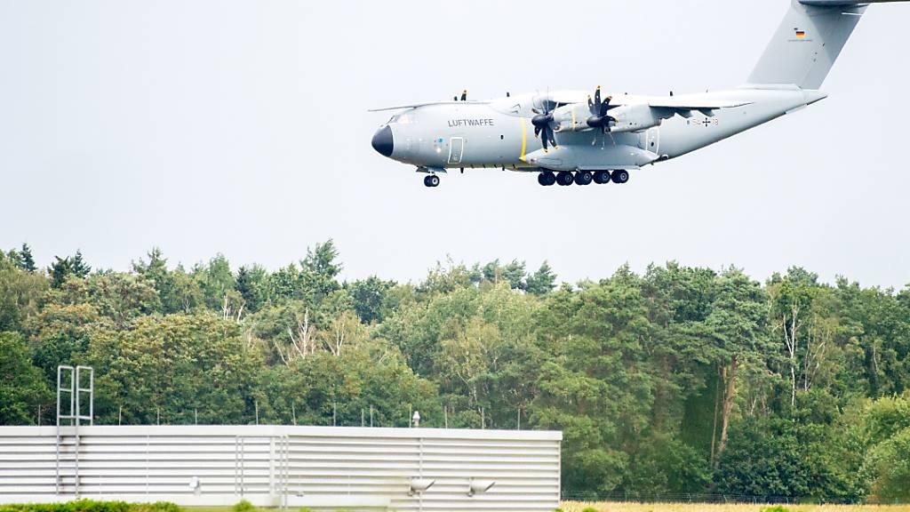 Ein Transportflugzeug vom Typ Airbus A400M der Luftwaffe landet am Mittag auf dem Fliegerhorst Wunstorf in der Region Hannover nach einem Übungsflug. Von hier aus waren mehrere Transportmaschinen der Luftwaffe Richtung Afghanistan gestartet. Foto: Hauke-Christian Dittrich/dpa