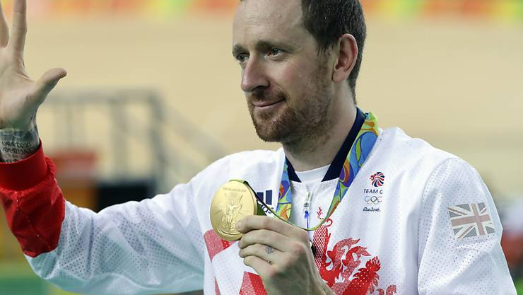 Bradley Wiggins zeigt in Rio eine seiner Olympia-Goldmedaillen