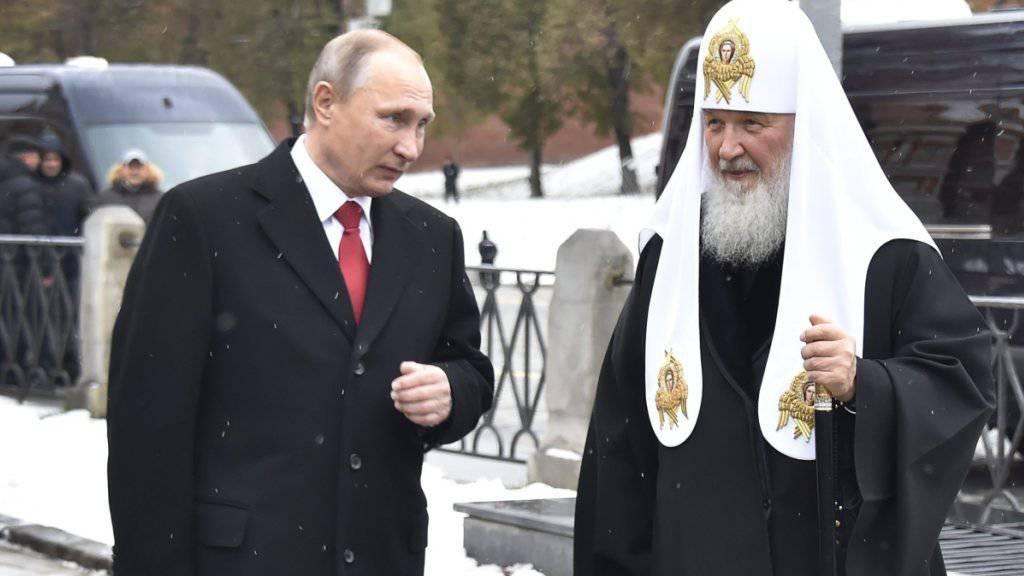 Russlands Präsident Putin (l.) nutzt die Nähe zur russisch-orthodoxen Kirche geschickt, wobei die Verbindungen zu Patriarch Kirill eine wichtige Rolle spielen.
