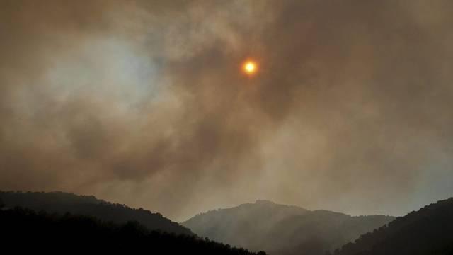 Rauch über dem Brandgebiet in Ibiza verdeckt die Sonne