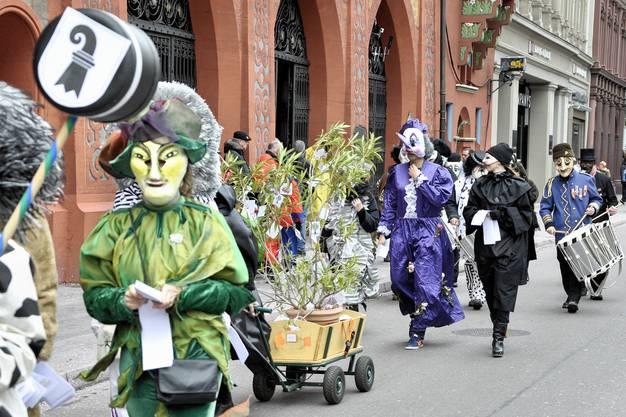 Eine grüne Angelegenheit - vor allem, was die Kostüme angeht. Von den Grünen ist niemand dabei, die Basta aber ist vertreten.