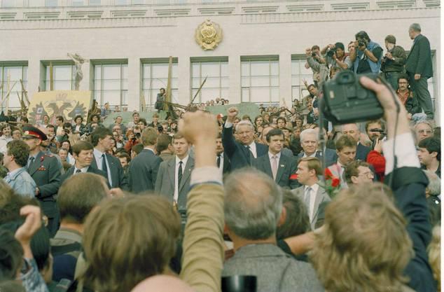 Der russische Präsident Jelzin bezeugt am 24. August mit der Faust in der Luft Solidarität mit den gefallenen Opfern des Kremel-Putschs.