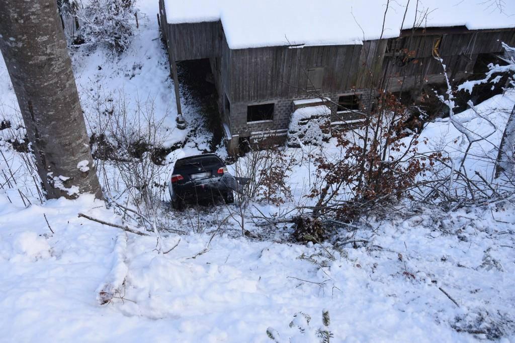 Autounfälle bei Schneefall (© In Degersheim geriet am Samstagnachmittag ein Personenwagen von der Strasse ab und landete auf einem Weg.)