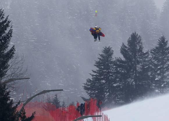 Super-G in Kitzbühel im Januar 2015: Marc Gisin wird von einem Helikopter von der Piste geflogen