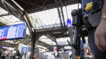 Ein Polizist der Kantonspolizei Zuerich patroulliert, ausgestattet mit einer Maschinenpistole und einem Taser, im Hauptbahnhof Zuerich, am 15. November 2015.