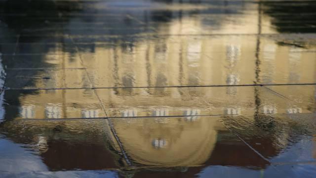 Die Nationalbank spiegelt sich im Wasser auf dem Bundesplatz