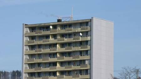 Das Hochhaus Hafnerweg 6 in Brugg mit dem Antennen-Baugespann