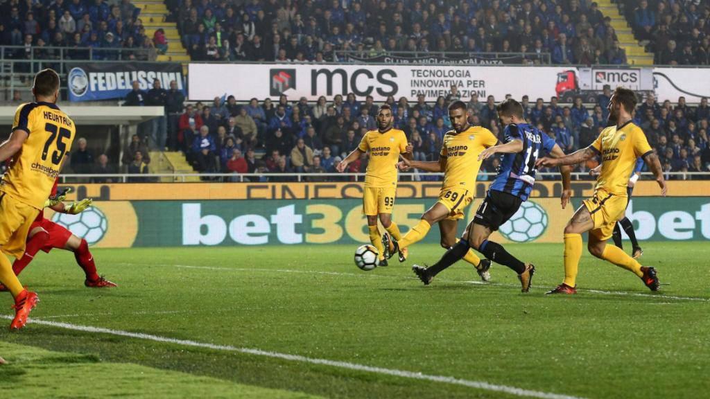 Remo Freuler kommt im Strafraum von Hellas Verona zum Abschluss.