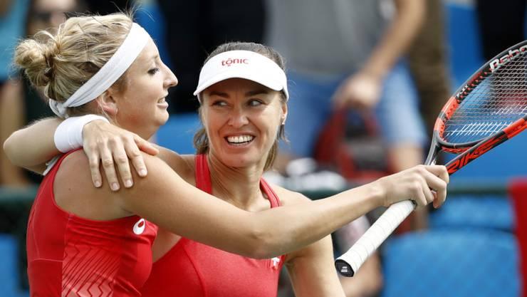 Gut in Form: Timea Bacsinszky (li.) und Martina Hingis freuen sich über den Viertelfinal-Einzug