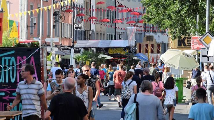 Mehr und mehr bevölkern sich die Strassen in Brugg.