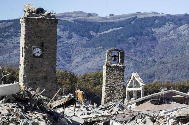 Der Kirchturm von Amatrice: Nach einem Nachbeben am 30. Oktober stürzte das oberste Glockengeschoss ein.