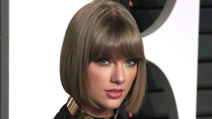 Da Taylor Swift (Bild) und DJ Harris ihre Beziehung lange geheimgehalten haben, sind Fotos, auf denen beide drauf sind noch rar. Dabei feierten sie gerade ihren ersten Jahrestag.