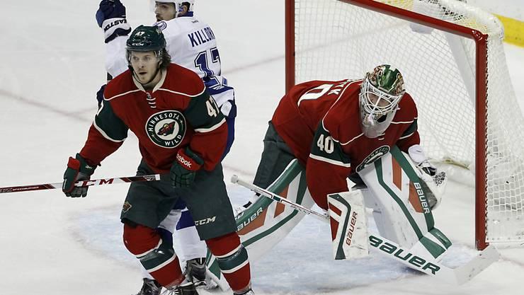 Christoph Bertschy schirmt bei seinem NHL-Debüt für Minnesota seinen Goalie ab