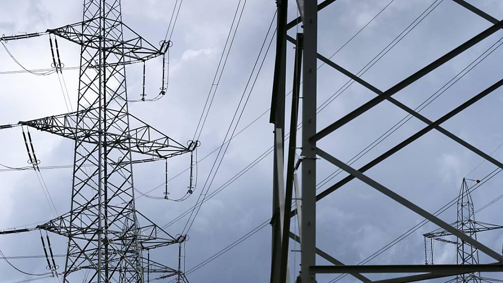 Der Strom wird für die Haushalte und das Gewerbe 2022 teurer: Strommasten in Niedergösgen SO. (Archivbild)