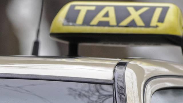 Ein wütender Taxifahrer hat eine Frau in den Kofferraum gesperrt (Symbolbild)