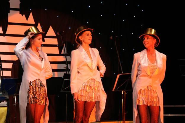 Die Mezzo Singers im Showgirl-Kostüm