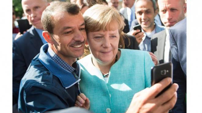 Das Selfie der deutschen Kanzlerin mit einem Flüchtling ging um die Welt. Foto: Keystone
