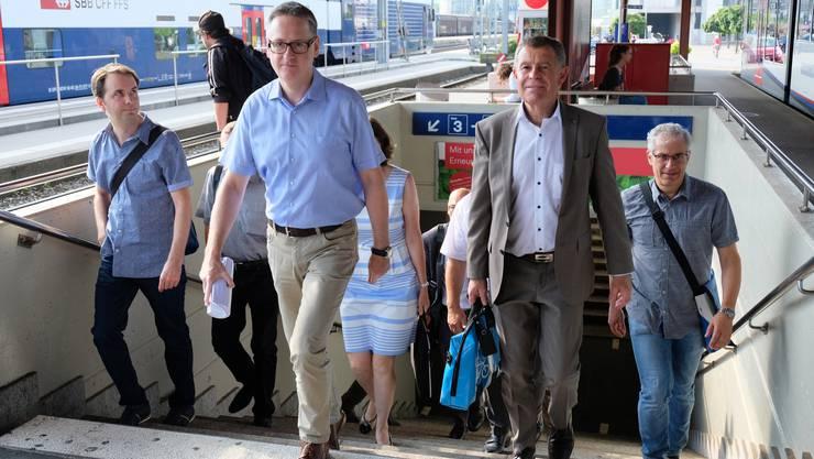 Stadtpräsident Roger Bachmann holte Regierungsrat Ernst Stocker persönlich beim Bahnhof ab.