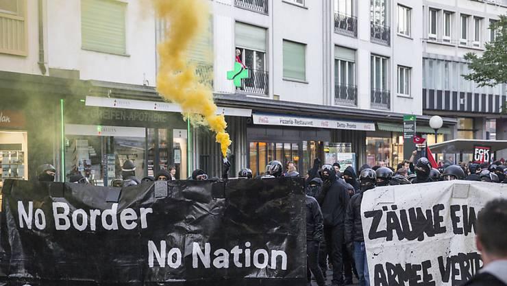 Einige hundert Demonstranten versammelten sich am Freitag, 18. September 2015 auf dem Claraplatz in Basel, um in einem Marsch gegen die grosse Armeeübung CONEX 15 zu demonstrieren. In der Folge kam es zu gewalttätigen Auseinandersetzungen mit der Polizei. (Archivbild)