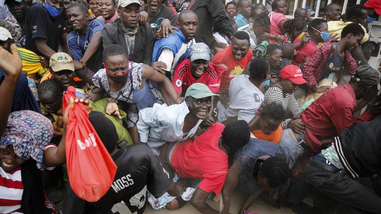 Social Distancing wäre angesagt. Doch stattdessen kommt es bei der Nahrungsmittelabgabe im Kibera Slum in Nairobi zu Auseinandersetzungen.