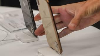Auf Internet-Verkaufsplattformen wie Ebay verkaufte das Paar unter anderem ein iPhone, das es nie verschickte.