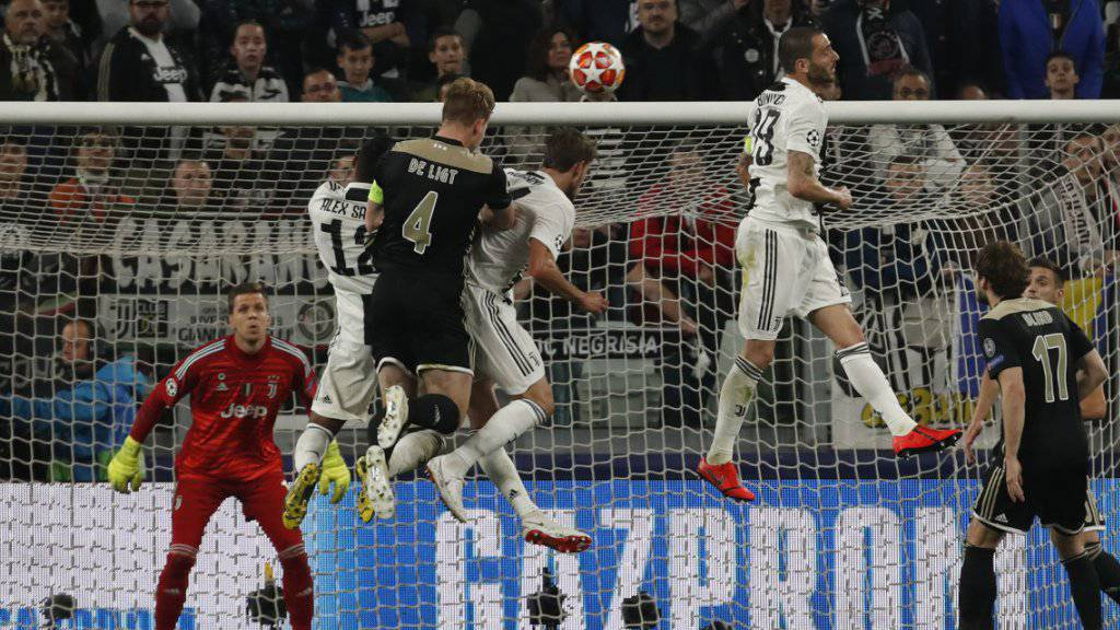 Der entscheidende Moment in Turin: Ajax' Matthijs de Ligt köpfelt ein zum 2:1