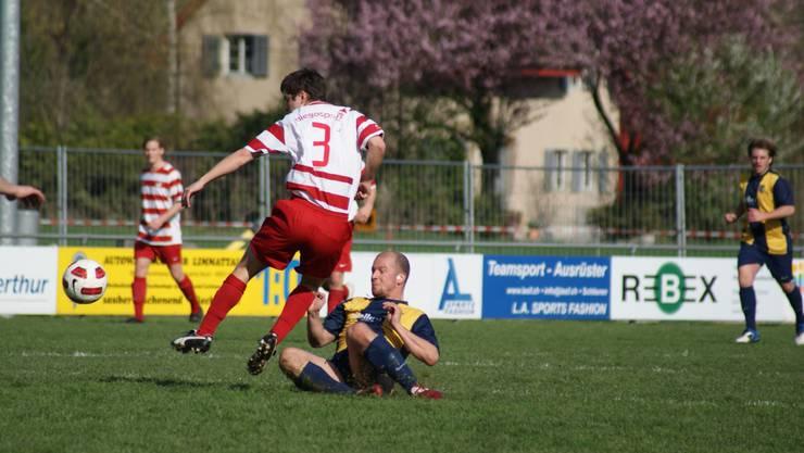Schlierens Philip Vögeli (am Boden) zieht im Zweikampf mit Engstringens Silvan Haug durch.