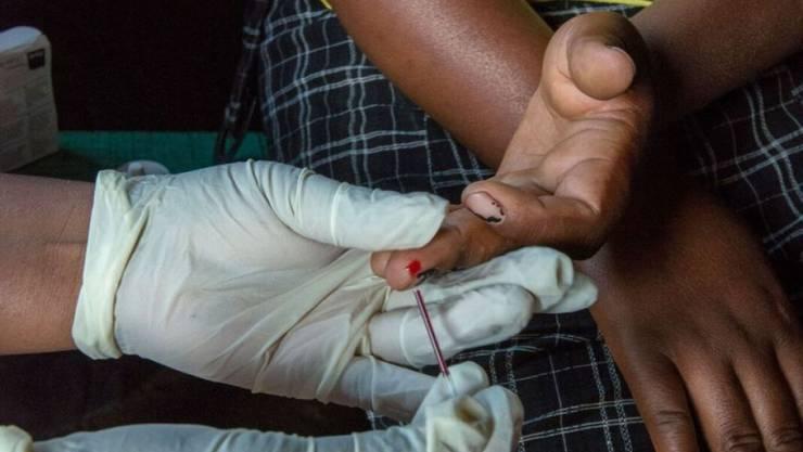 Werden nach einem positiven HIV-Test den Betroffenen in abgelegenen Dörfern Lesothos gleich Medikamente ausgehändigt, verbessert sich deren Therapieerfolg markant. Dies zeigt eine Studie des Schweizer Tropen- und Public Health Instituts.