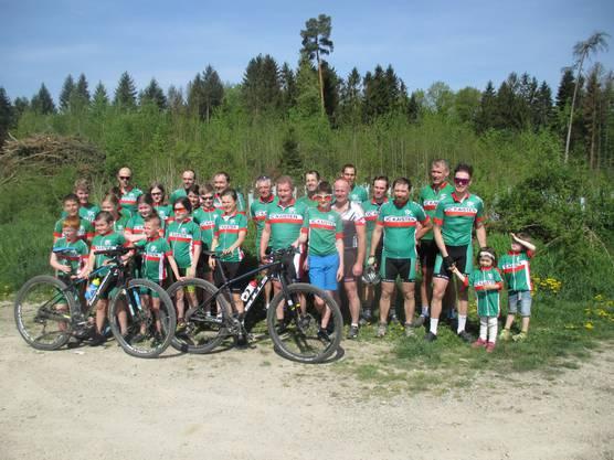 Die grosse VCK-Familie nach dem Bikerennen bei sommerlichen Temperaturen im April.