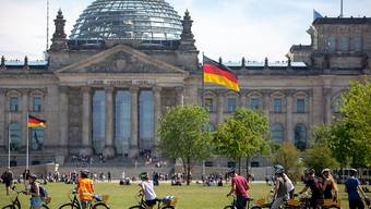 Die grosse Koalition in Deutschland käme nach einer aktuellen Umfrage nicht mehr auf eine absolute Mehrheit. (Archivbild Reichstag)