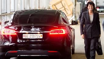 Unbedenklich? Doris Leuthard mit dem Auto, das nun Sommaruga erbt. keystone