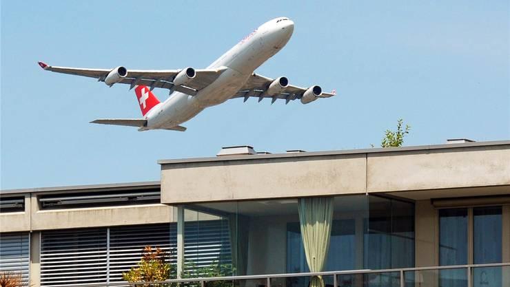 Ein Airbus der Fluggesellschaft Swiss hebt über den Dächern des Glattparks ab. key