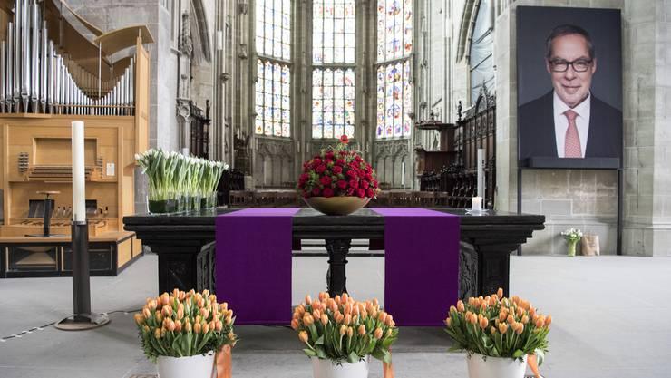 Ein Bild des verstorbenen Alex Tschäppät hängt an der Trauerfeier im Berner Münster.