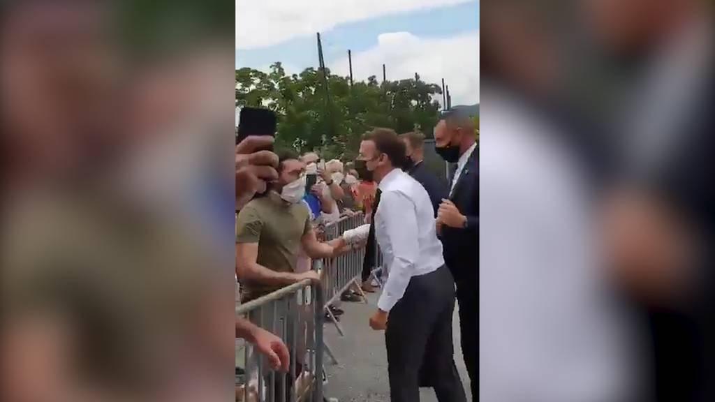 Präsident Macron will Hände schütteln und kassiert Ohrfeige