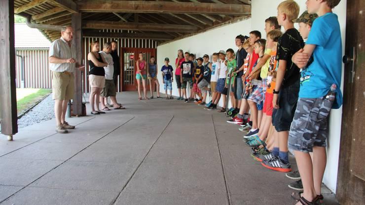 Die Ferienpass-Jungschützen werden vor ihrem Kurs von Alexander Rudolf von Rohr, Präsident des Bezirksschützenverbandes Solothurn-Zuchwil, instruiert.