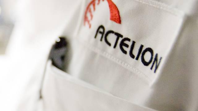 Das Logo von Actelion auf einer Laborschürze (Archiv)