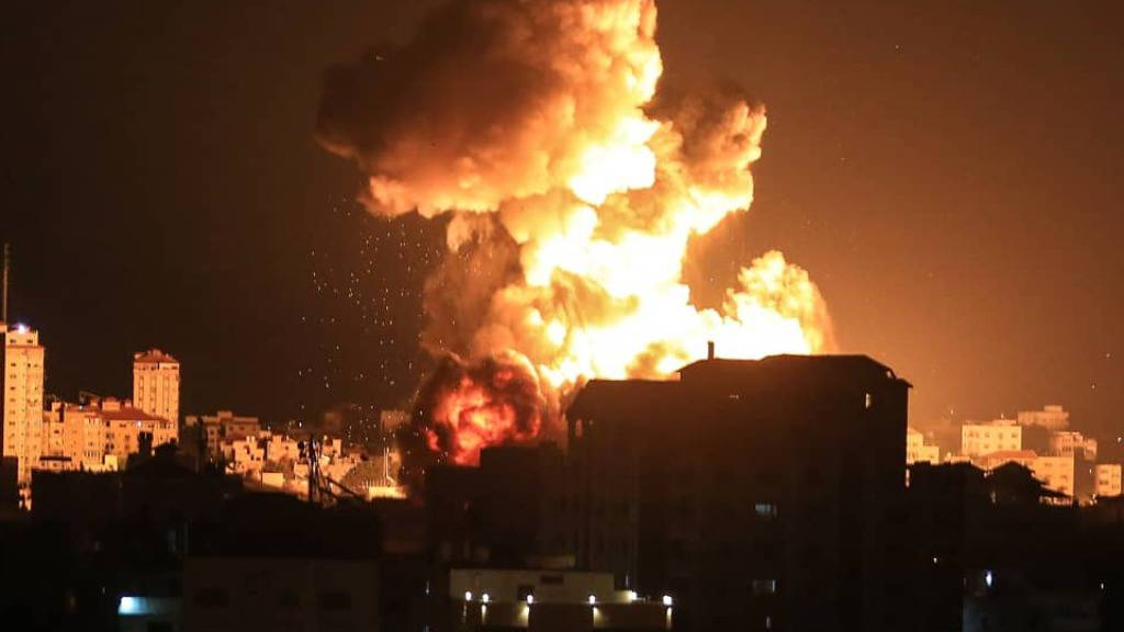 Während Luftangriffen in Gaza explodiert eine Rakete während der Nacht. Foto: Mahmoud Khattab/Quds Net News via ZUMA Wire/dpa